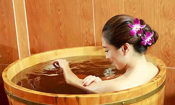 Tắm bằng nước búp bàng, lá bàng non giúp giảm triệu chứng chàm hiệu quả