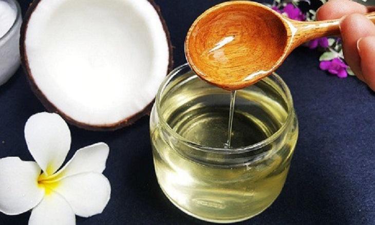 Chữa chàm bằng dầu dừa bằng cách bôi trực tiếp dầu dừa lên da giúp giảm nhanh triệu chứng tại vùng bị chàm