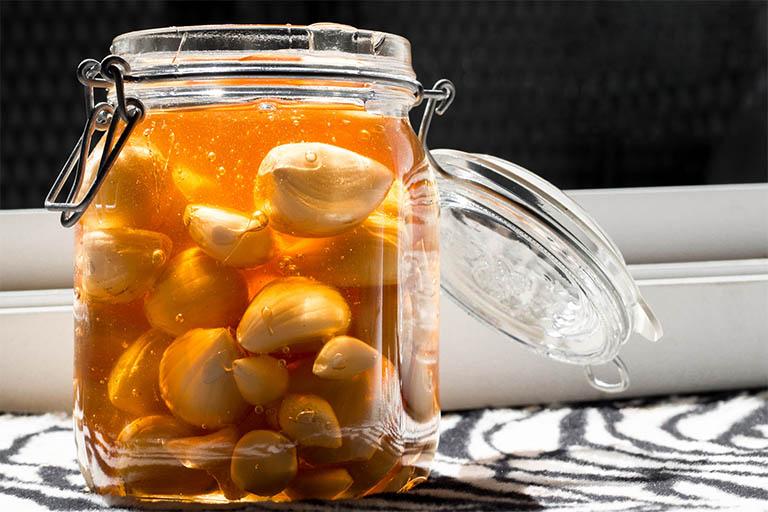 Chữa đau dạ dày bằng tỏi mật ong là phương pháp phổ biến nhất