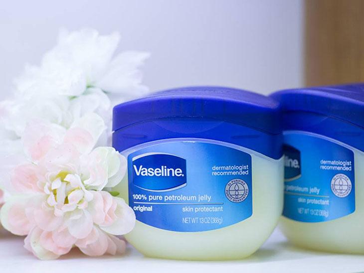 Bé bị chàm sữa có thể thoa kem Vaseline Original Oil Jelly để giảm triệu chứng bệnh