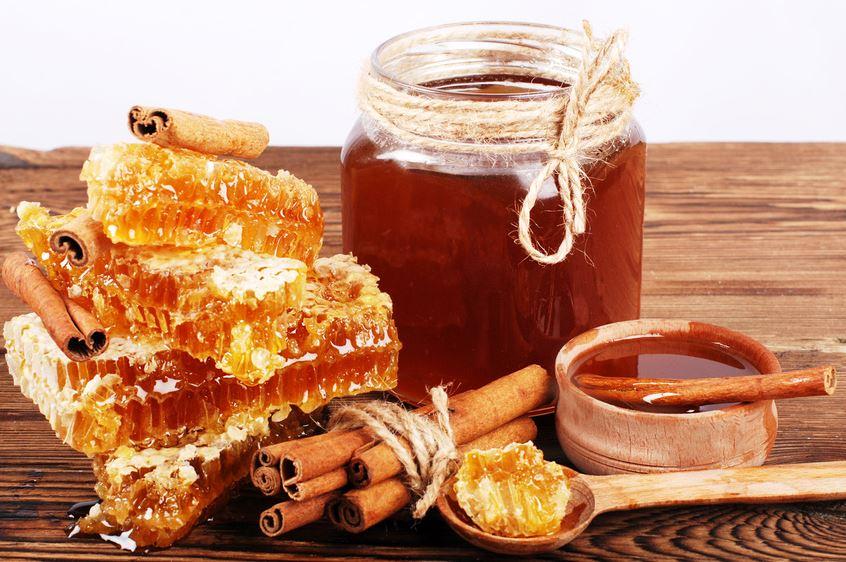Chữa đau dạ bằng mật ong và quế sẽ giúp giảm triệu chứng đau bao tử