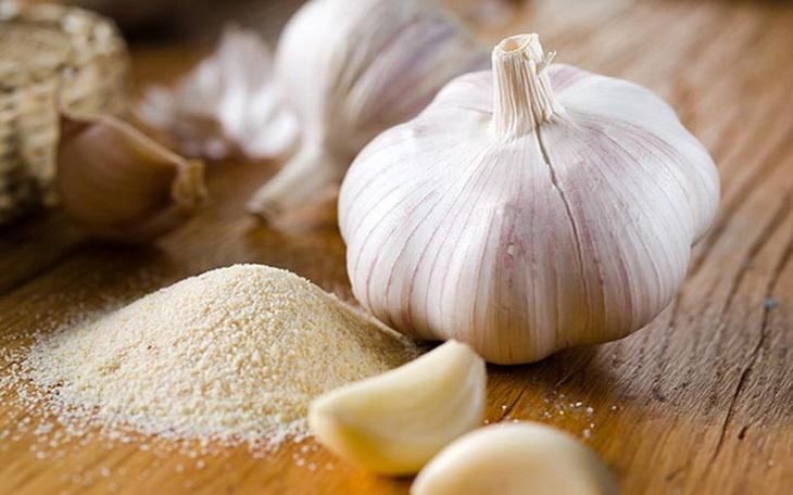 Trị eczema bằng tỏi kết hợp muối tăng khả năng chống nhiễm khuẩn, ngăn ngừa vi khuẩn xâm nhập