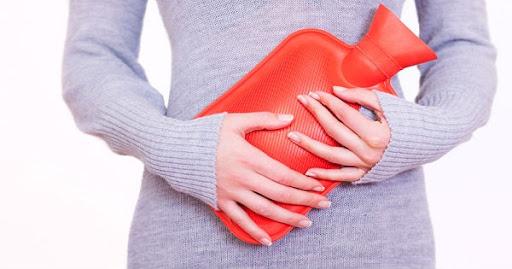 Chườm nóng tại vị trí đau dạ dày giúp giảm đau nhanh chóng
