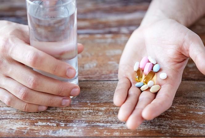 Nếu bệnh viêm da tiếp xúc côn trùng nghiêm trọng cần dùng thuốc uống