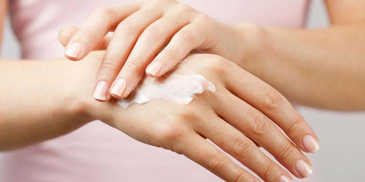 Chú ý giữ ẩm khi bị viêm da tiếp xúc ở tay