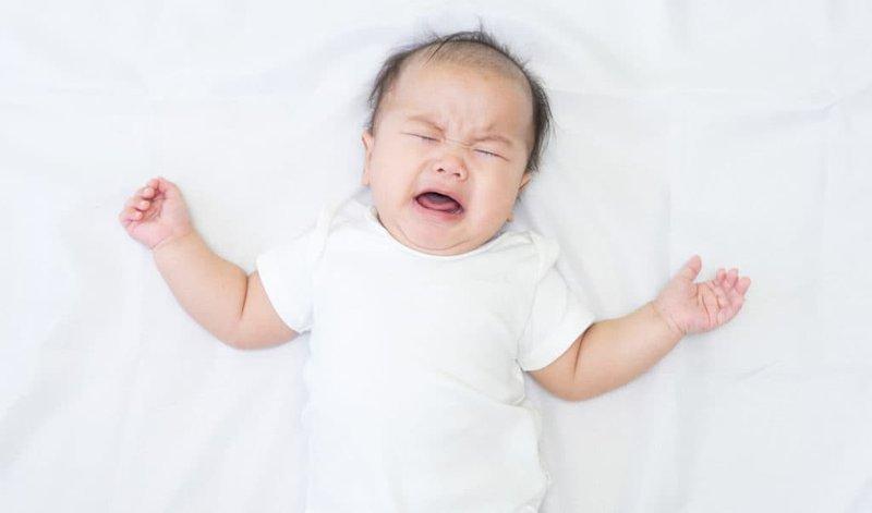 Bệnh viêm da tiếp xúc thường khiến trẻ khó chịu và quấy khóc