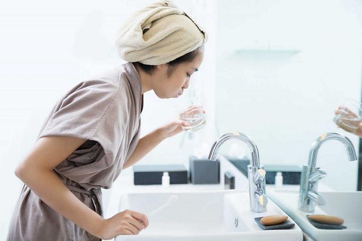 Bạn nên súc miệng nước muối trong 24 giờ đầu