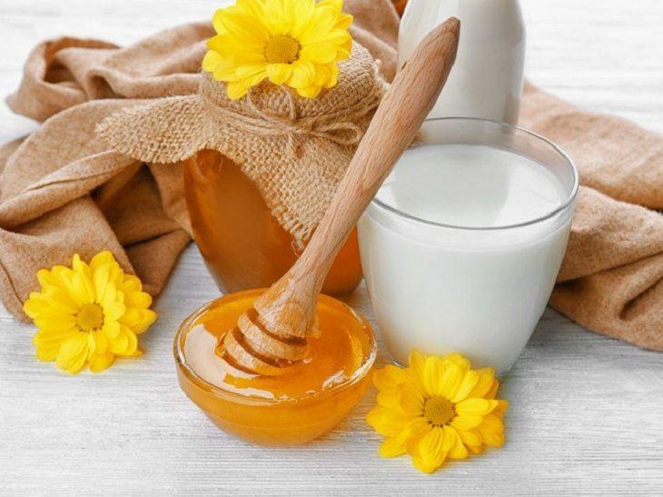 Bôi mật ong lên mặt có tác dụng gì khi kết hợp với sữa chua?