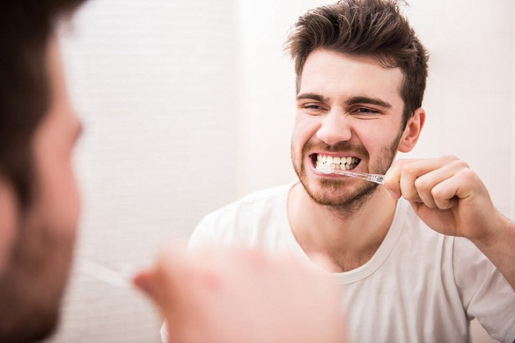 Cắt amidan kiêng gì? Đó là kiêng đánh răng trong 24 giờ đầu để khoang miệng được nghỉ ngơi