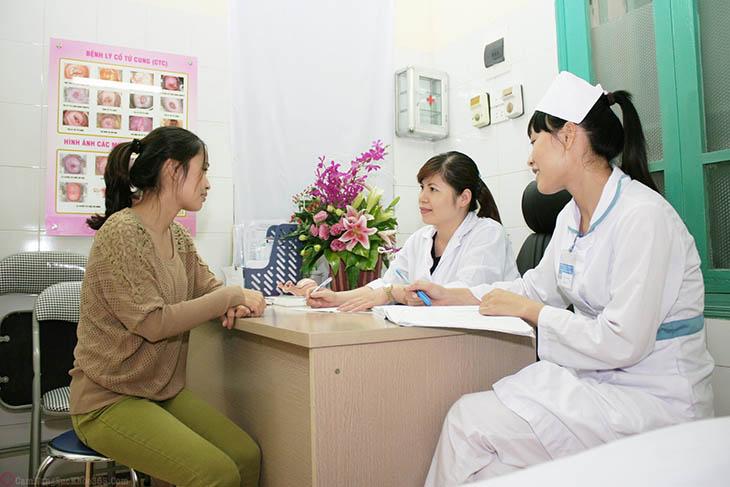Chị em cần lắng nghe các hướng dẫn của y, bác sĩ để biết cách chăm sóc sau khi đốt