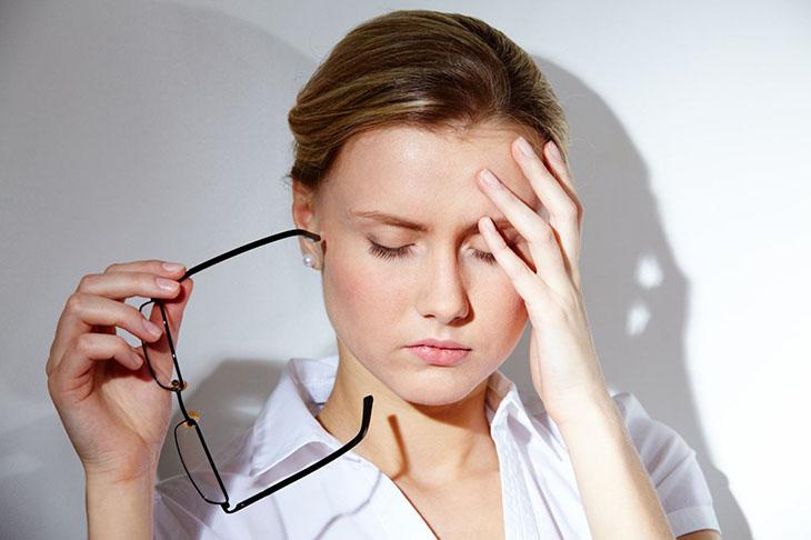 Triệu chứng phổ biến là không xuất hiện kinh nguyệt, đau đầu, mất ngủ