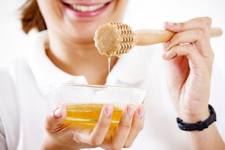 Mật ong là một loại thảo dược giúp trị mụn làm đẹp da