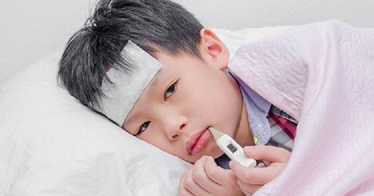 Viêm amidan có thể gây sốt ở trẻ khiến nhiều cha mẹ lo lắng