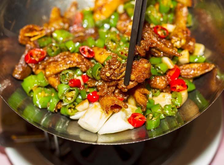 Hạn chế tối đa việc ăn nhiều thực phẩm cay nóng để tránh kích thích mụn