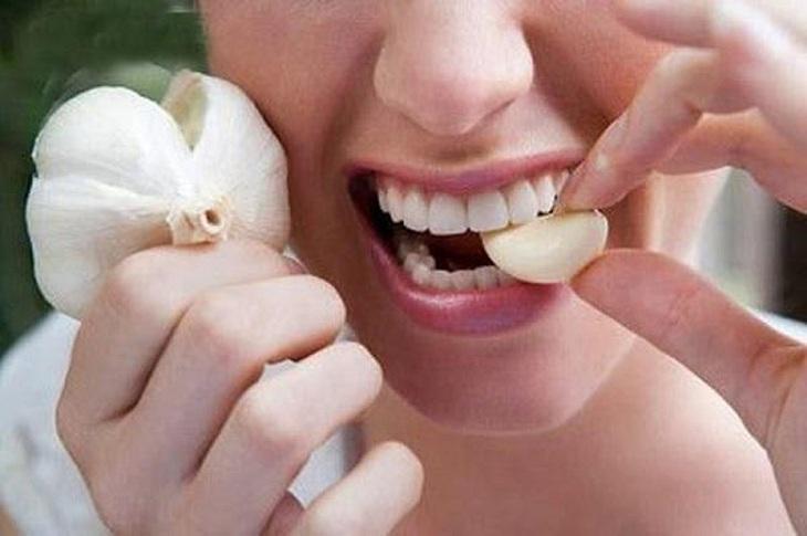 Ăn tỏi sống giúp hỗ trợ trị bệnh viêm lộ tuyến cổ tử cung