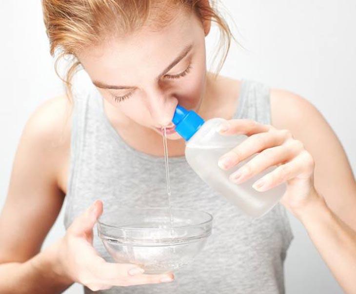 Sử dụng nước muối giúp làm sạch và diệt khuẩn hiệu quả