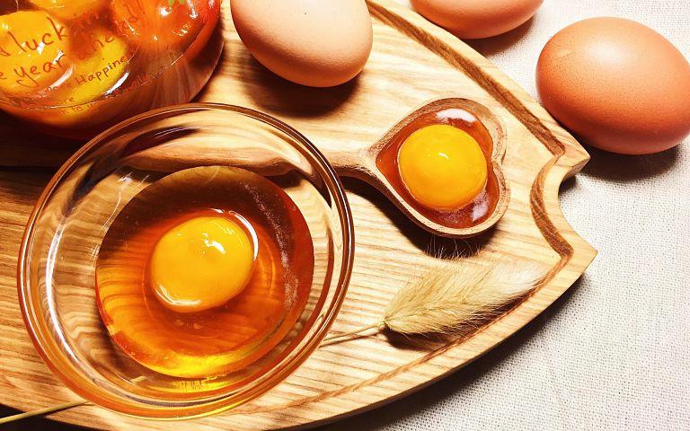 Dùng lòng đỏ trứng gà thoa đều lên da để trị bệnh vẩy nến