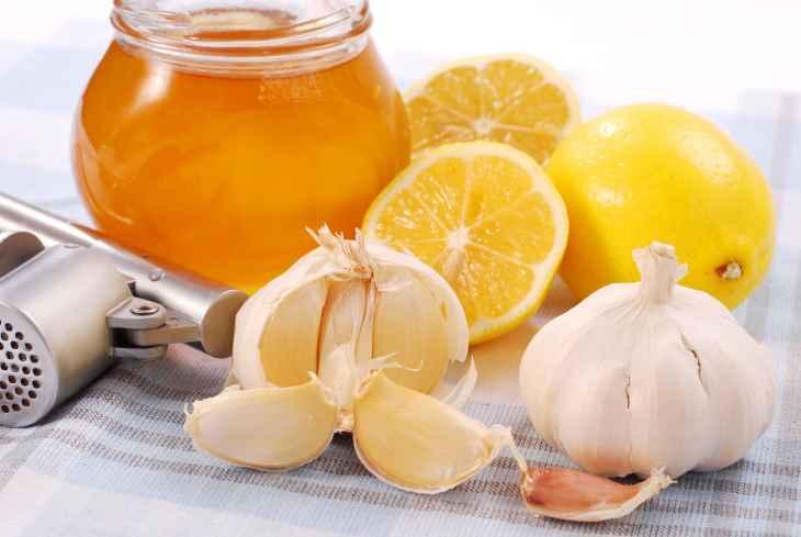 Một số mẹo vặt như dùng mật ong, tỏi hoặc nước cốt chanh có thể giúp giảm ngứa hiệu quả