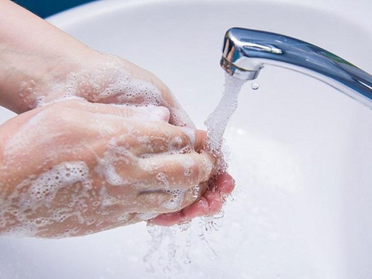 Rửa tay kỹ càng trước khi đặt thuốc để tránh lây lan vi khuẩn