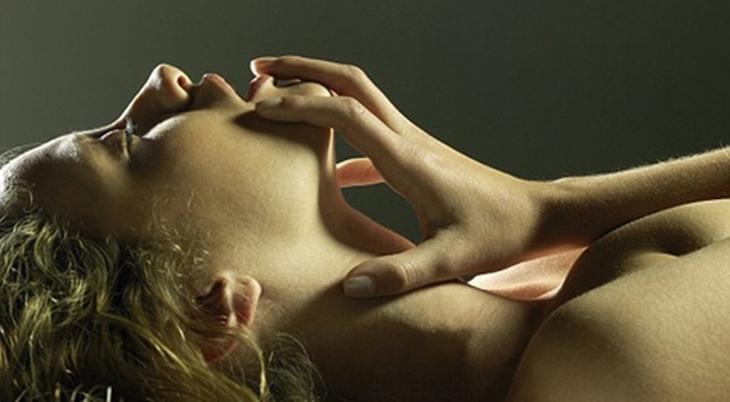 Cách làm cô bé ra nhiều nước bằng miệng khiến nàng đê mê ngây ngất