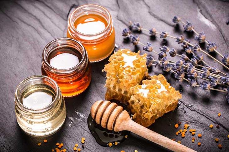 Cách trị nổi mề đay tại nhà bằng mật ong rất đơn giản dễ làm