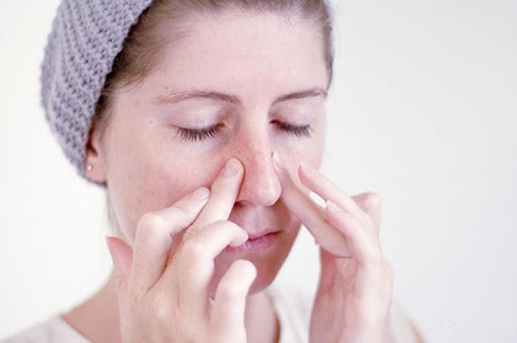 Mát xa mũi cũng là cách trị viêm xoang tại nhà bạn nên áp dụng