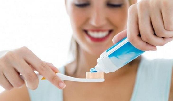Kem đánh răng được xem là một trong những cách trị mụn bọc ở cằm hiệu quả
