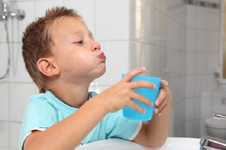 Cha mẹ hướng dẫn trẻ súc miệng đúng cách khi trẻ bị viêm amidan ho nhiều