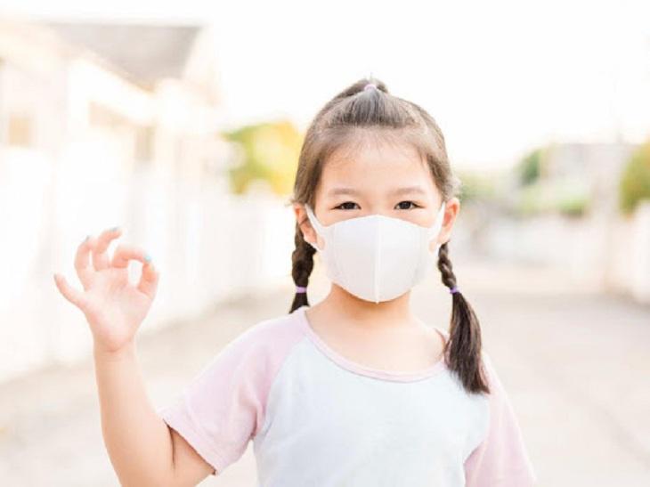 Cho trẻ đeo khẩu trang khi ra đường là cách phòng viêm amidan cho trẻ tốt nhất