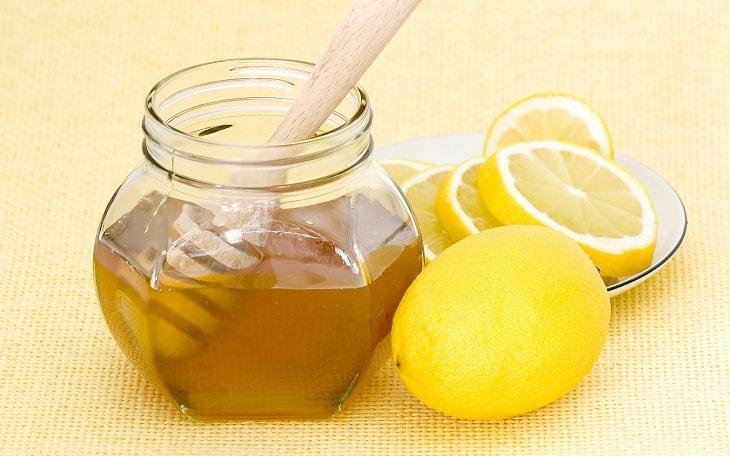 Mật ong pha với chanh giúp dịu họng, sát khuẩn, giảm đau rát