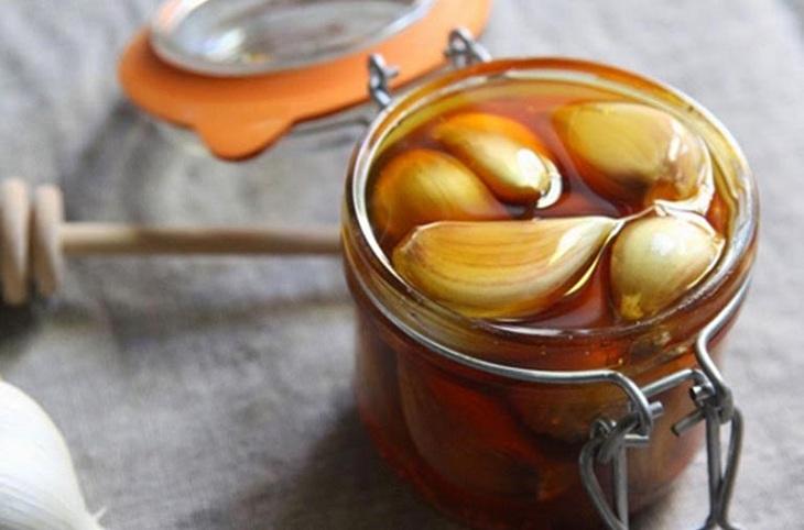 Chữa viêm amidan bằng mật ong kết hợp với tỏi mang lại hiệu quả cao