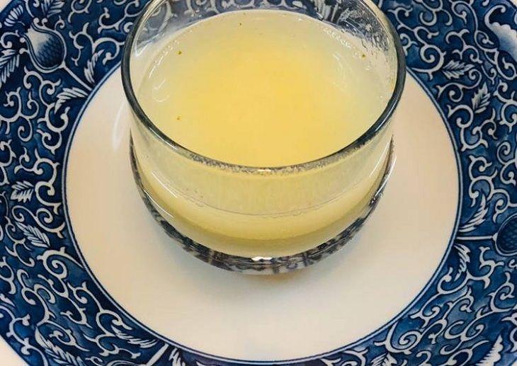 Dùng nước ép tỏi hòa với nước ấp và mật ong để uống giúp giảm triệu chứng viêm lộ tuyến cổ tử cung