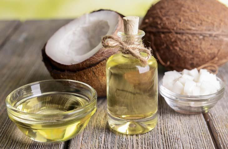 Bạn có thể ăn trực tiếp dầu dừa để hỗ trợ trị viêm nang lông