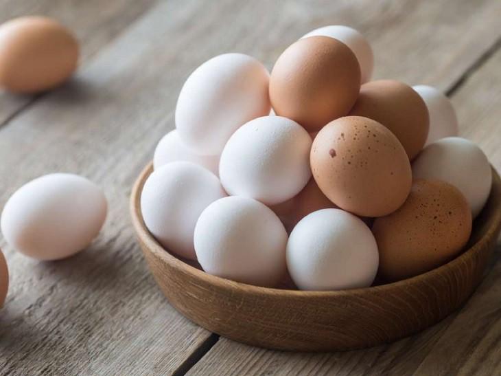 Khi con bị chàm sữa, mẹ nên kiêng ăn các loại trứng để tránh tình trạng bệnh của bé tăng nặng