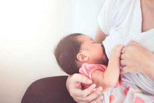 Con bị chàm sữa mẹ kiêng ăn gì để bé mau khỏi bệnh?