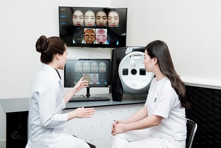 Gặp chuyên gia da liễu để soi da khi có dấu hiệu da nhiễm Corti nặng