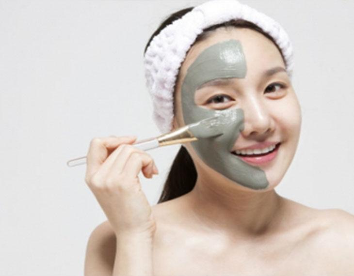 Đắp mặt nạ đất sét là cách thải độc da nhiễm corticoid nhiều người áp dụng