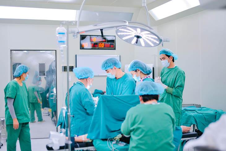 Biện pháp ngoại khoa tồn tại nhiều rủi ro nên người bệnh cần cân nhắc khi điều trị