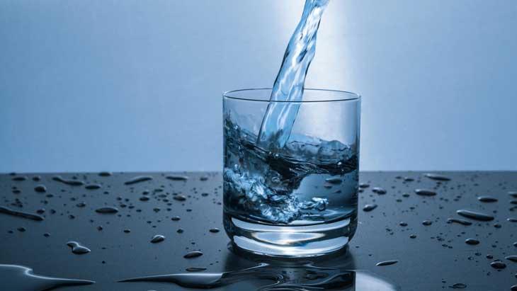 Đau họng nên uống gì? - Bạn nên uống nước ấm