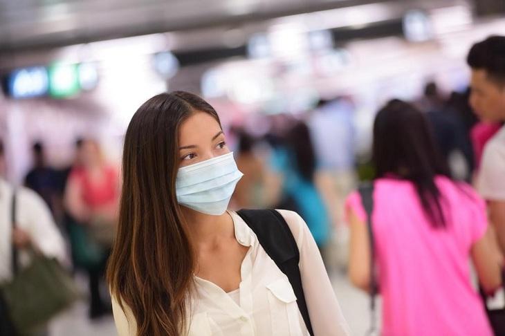 Đeo khẩu trang khi ra ngoài đường giúp ngăn vi khuẩn tấn công vào vòm họng