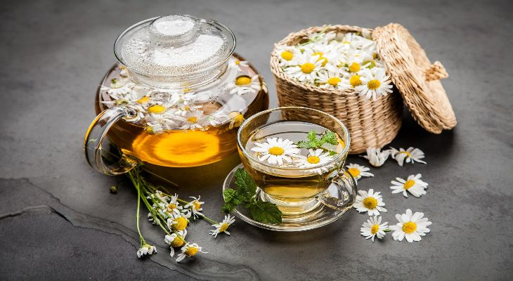 Trà hoa cúc làm dịu cơn đau vùng bụng dưới
