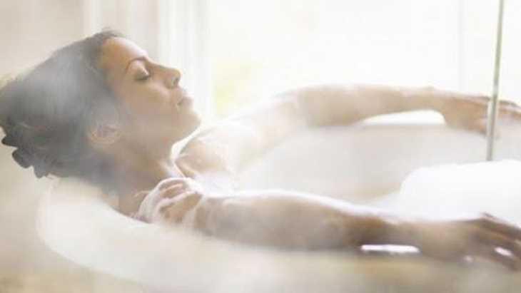 Việc ngâm nước nóng quá lâu sẽ khiến da bị mất nước, khô rát, dễ kích ứng