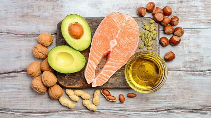 Chất béo lành mạnh có trong quả bơ, dầu olive, cá hồi, các loại hạt... là lựa chọn tốt cho chế độ ăn giảm cân cho người bị buồng trứng đa nang