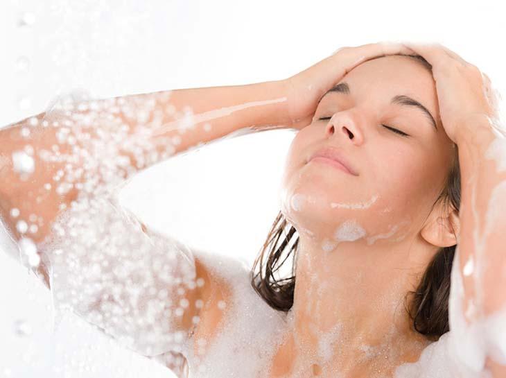 Khi bị viêm nang lông cần tắm đúng cách để bệnh thuyên giảm