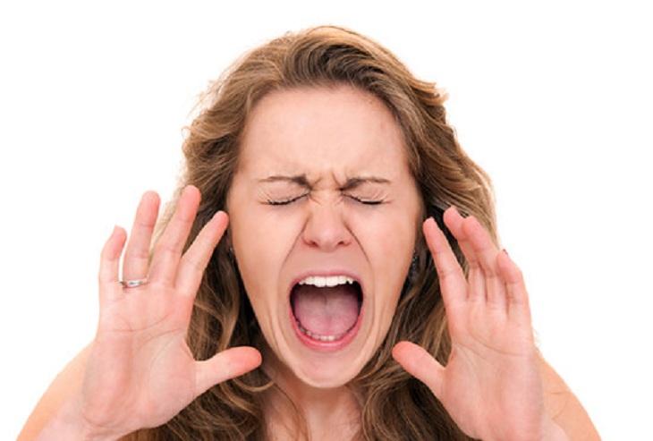 Không nên hét to khiến họng bị đau chậm hồi phục bệnh