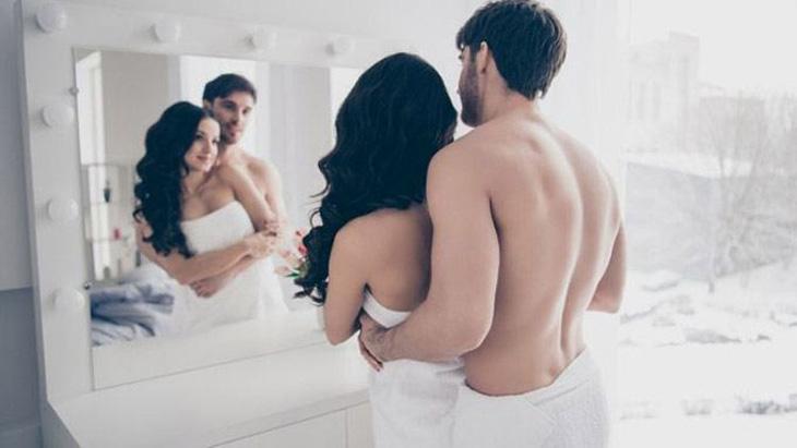 Hứng khởi tột độ tư thế làm tình trước gương
