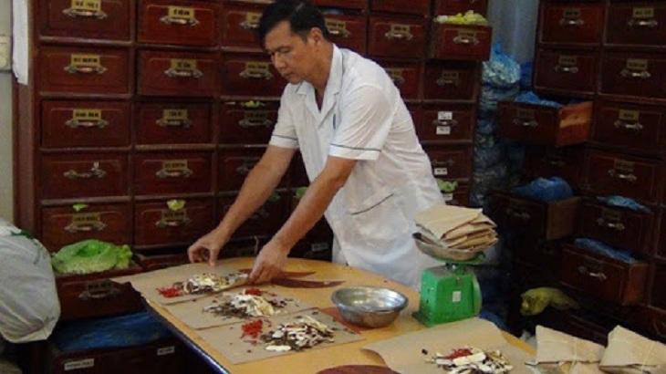 Hình ảnh lương y Nguyễn Hữu Toàn bốc thuốc trị viêm tắc vòi trứng