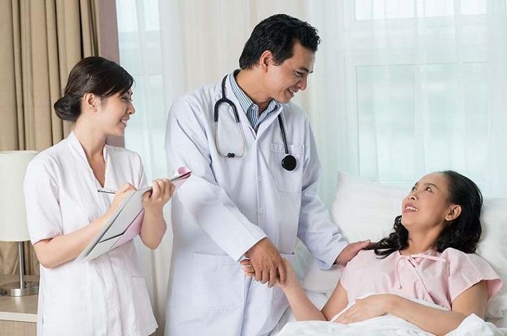 Sau phẫu thuật, bác sĩ sẽ kê đơn thuốc và hướng dẫn chăm sóc tại nhà, chị em chú ý thực hiện đúng