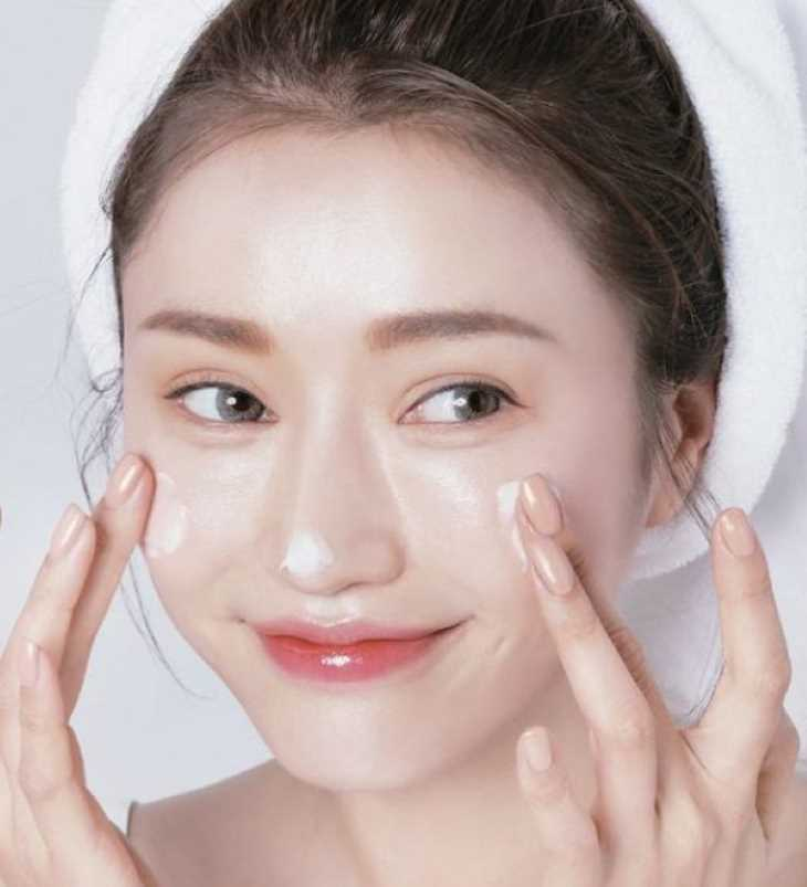 Dùng kem dưỡng ẩm là cách chữa ngứa da vào mùa đông khá hiệu quả