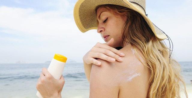 Thoa kem chống nắng để bảo vệ làn da khi đi tắm biển